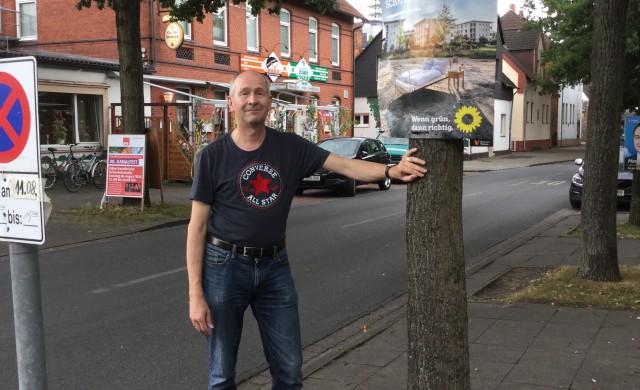 Dirk Schneider beim Plakatieren