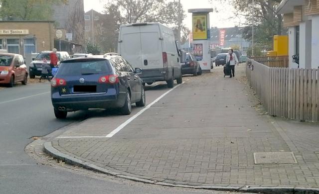Blick auf die Sven-Hedin-Str. und den beparkten Gehweg in Richtung Süden