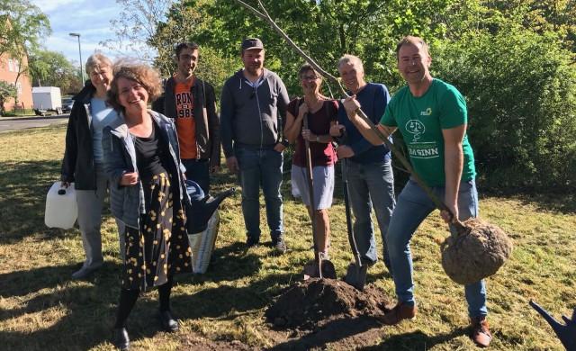 Katrin Langensiepen und Mitglieder des Stadtverbandes beim Pflanzen der Bäume