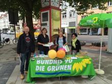 Grüne Kandidat*innen informieren am Kantplatz