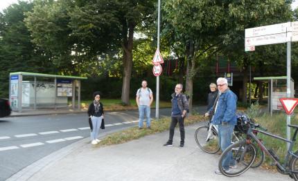 Die Stadteilgruppe schaut sich die Verkehrsführung Roderbruchstraße/Weidetorstraße vor Ort an. (Bild: Rieke Gießelmann)